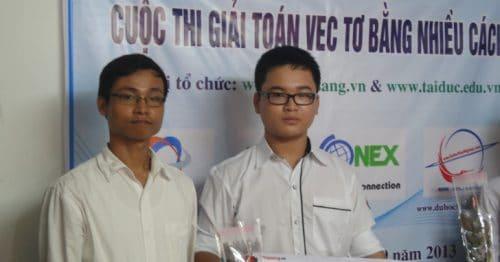 Ông Nguyễn Thế Phúc và bạn Nguyễn Việt Hoàng - người giành giải Nhì của cuộc thi